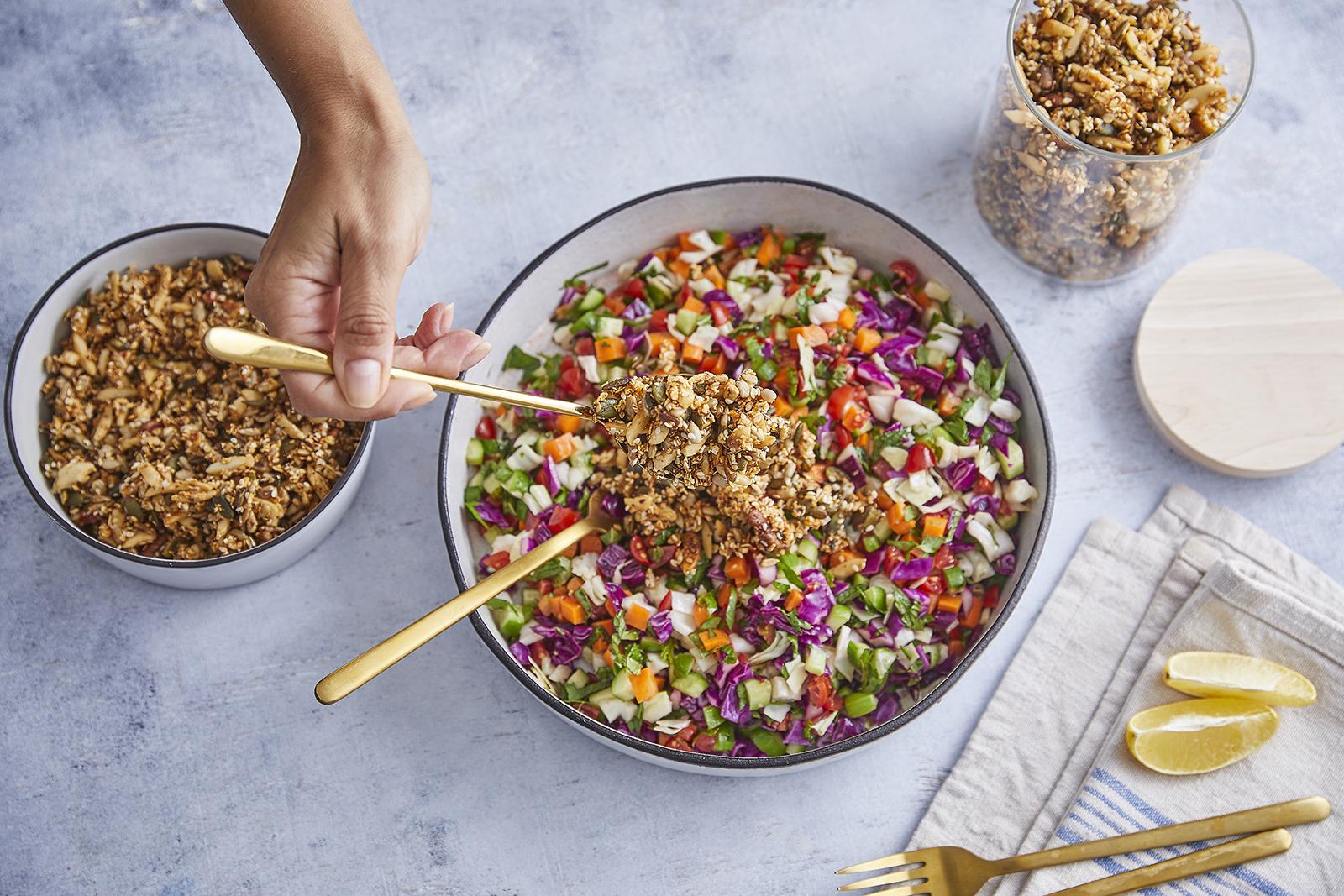 שלב חמישי - סלט ירקות עם גרנולה מלוחה מושלמת של קרוטית