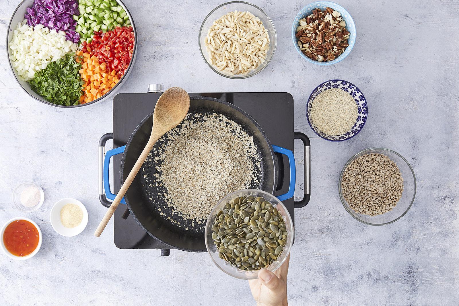שלב שני - סלט ירקות עם גרנולה מלוחה מושלמת של קרוטית