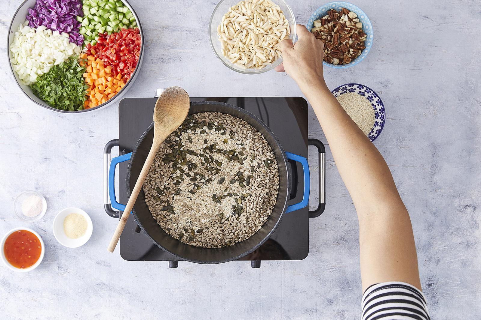 שלב רביעי - סלט ירקות עם גרנולה מלוחה מושלמת של קרוטית